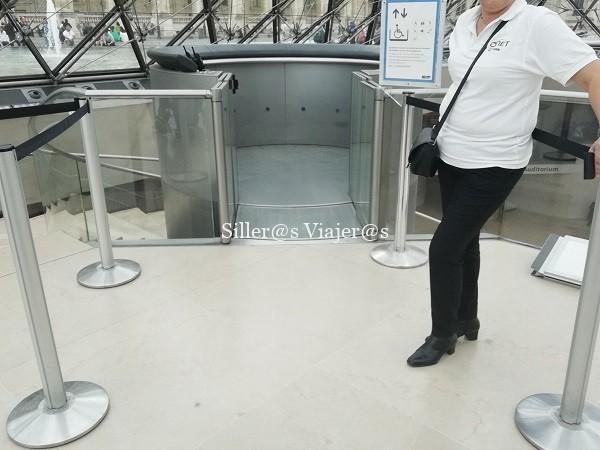 Zona del ascensor en el interior del museo.