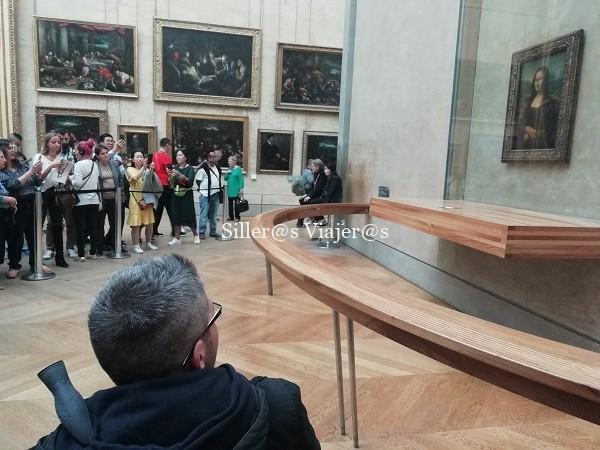 Álex observando el cuadro.