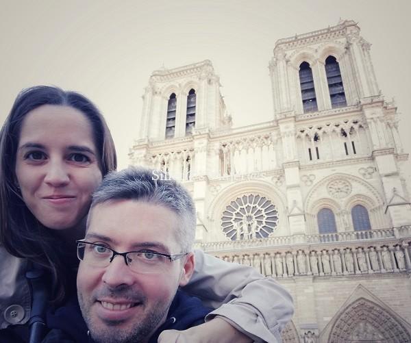 Älex y Montse con la fachada de la catedral a sus espaldas.