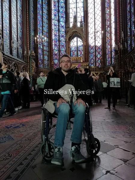 Álex en el interior del templo rodeado de grandes ventanales con vidrieras de colores.