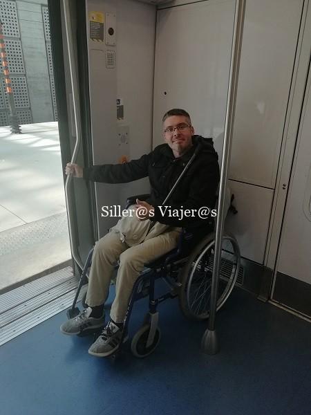 Alex junto en el interior del vagón junto a la puerta.