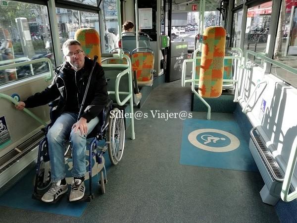 Álex ocupando una plaza para PMR en el interior del bus.