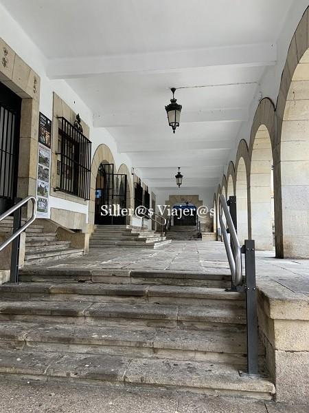 Acceso principal con escaleras