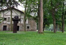 Fachada principal de la casona con escultura en el exterior.
