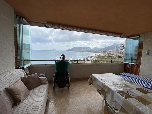Terraza con vistas al mar desde el apartamento