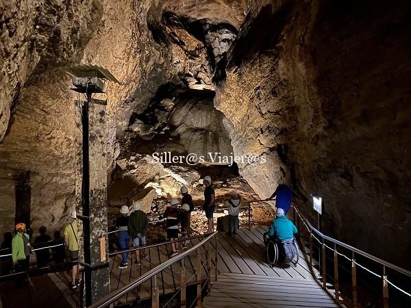Kity pase por el interior de la cueva