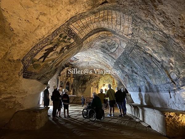 PAnorámica de la ermita con techos abovedados y pinturas murales