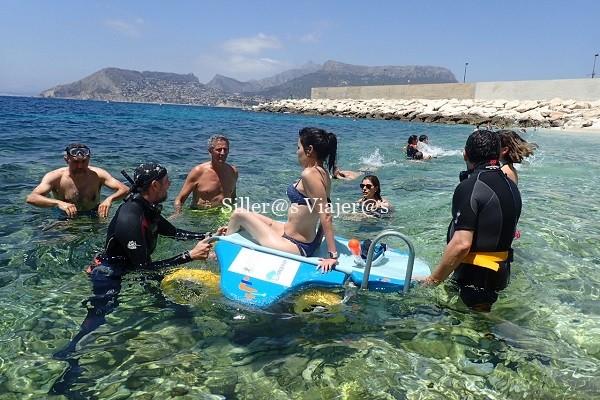 Chica utilizando el snorkel enable