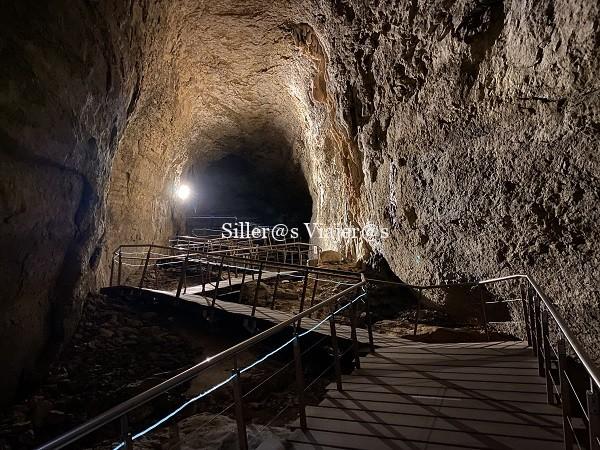 Pasarelas en el interior de la cueva