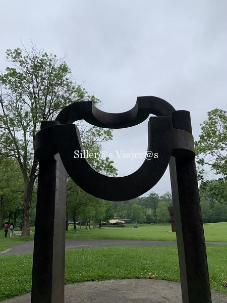 Grandes escultura similares a bancos con respaldo con formas curvas.