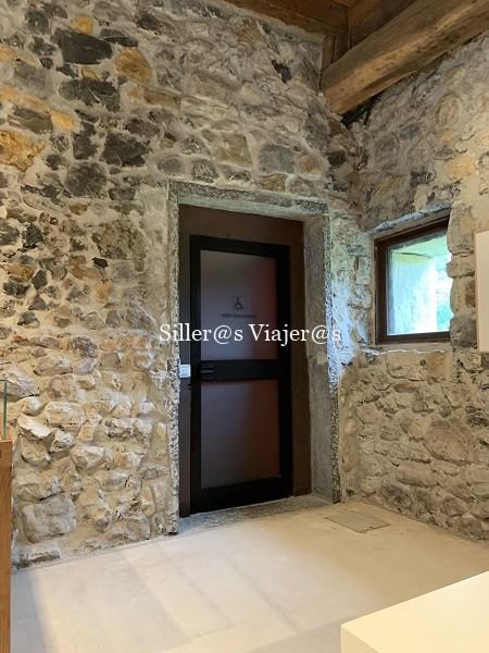 Interior de la casona, una puerta identificada con el símbolo SIA
