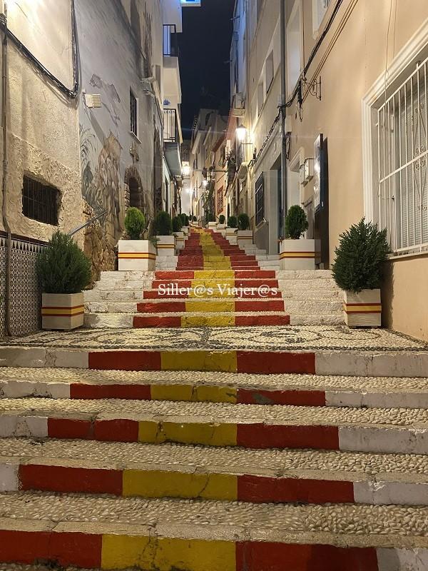 Calle Puchalt con bandera española en cada peldaño
