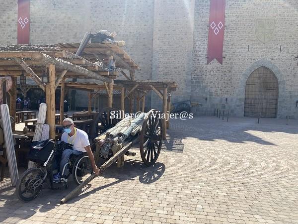 Kity desde su silla de ruedas simula que tira de un antiguo carro de madera