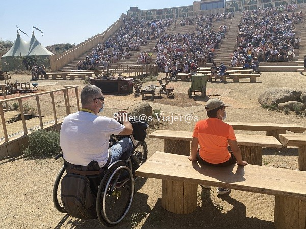 Kity y Fran sentados en primeras filas del espectáculo de cetrería