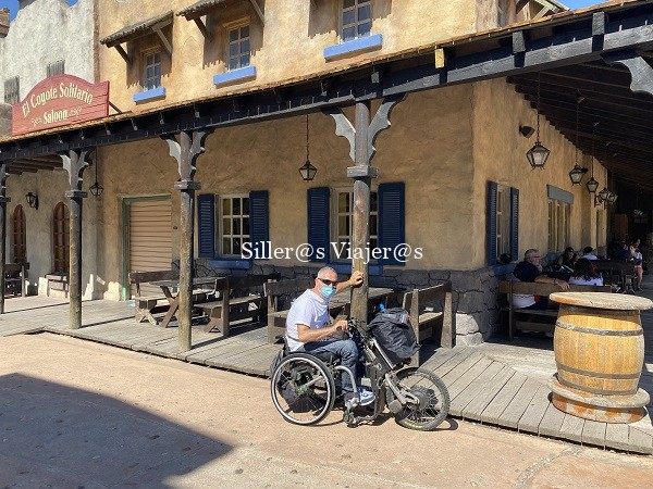 Usuario de silla de ruedas entrando a la Waner