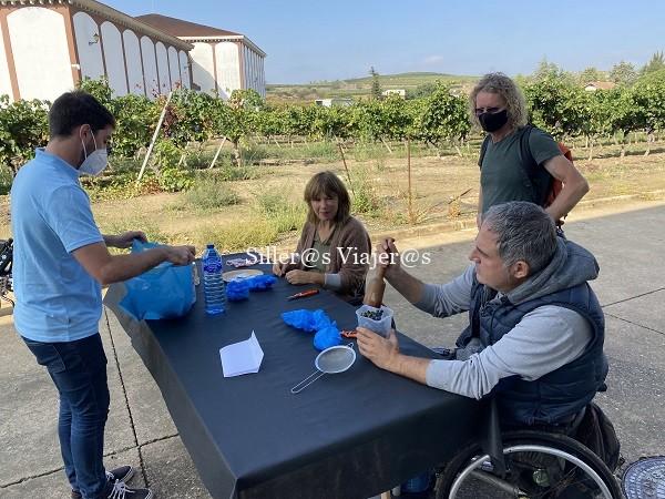 Mesa con los enseres necesarios para prensado de uva a mano