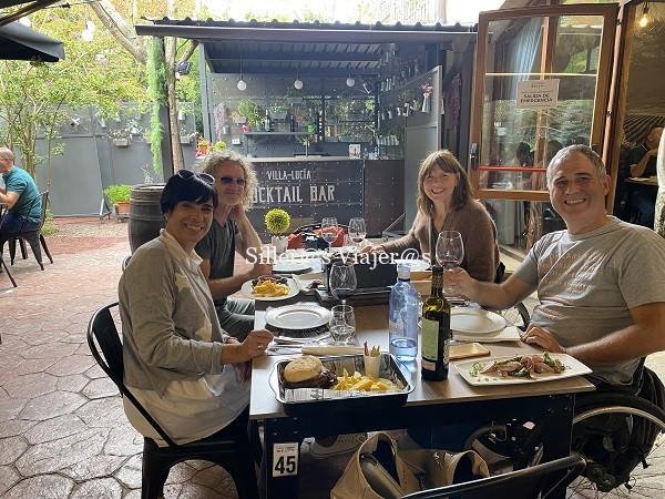 4 personas degustando la comida en la terraza de Villa Lucía